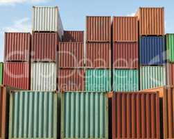 Container auf einem Containerschiff gestapelt