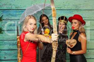 Just Married - 4 junge Damen feiern vor einer Fotobox