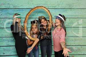 Mädchen mit Fotobox schauen durch einen Rahmen - Party mit Photo Booth