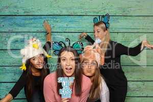 4 Mädchen mit einer Fotobox - Shut up and kiss me
