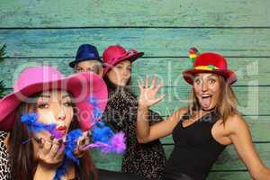 Freche junge Frauen vor einer Fotobox - Photo Booth Party