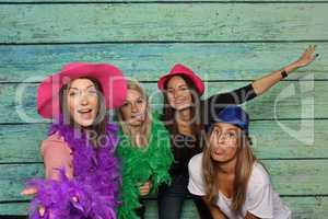 Mädchengruppe mit Hüte und Federboas - Party mit Photo Booth