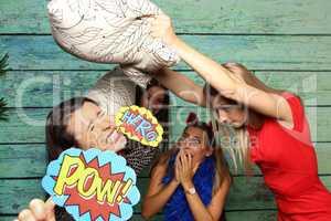 Kissenschlacht vor Fotobox - Zickenkrieg