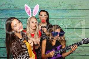 Mädchen haben Spaß mit einer Fotobox - Photo Booth Party