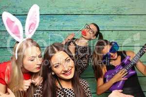 Junge Frauen haben Spaß mit einer Fotobox - Photobooth Party