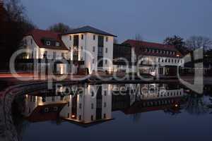 Gebäude spiegelt sich in einem See