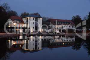 Gebäude an einem See