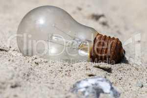 Glühlampe im Sand