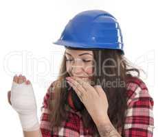 Frau mit Verband an der Hand feiert krank