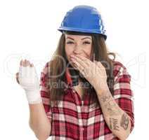 Frau mit Verband an der Hand feiert krank und lacht