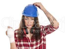 Weiblicher Handwerker mit Verband an der Hand