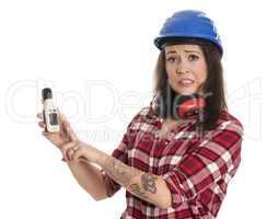 Bauarbeiter misst Baulärm mit einem Geräuschpegel