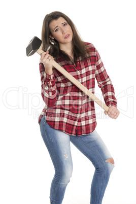 Frau im karierten Hemd hält einen Vorschlaghammer