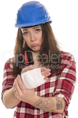 Frau mit Schutzhelm ist an der Hand verletzt