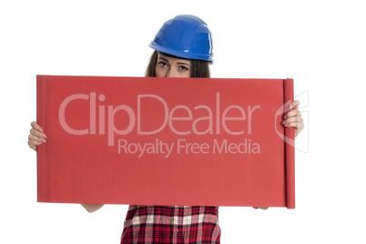 Weiblicher Handwerker hält eine Werbeschild hoch