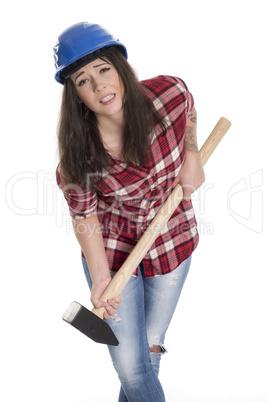 Frau mit Schutzhelm hält einen Vorschlaghammer