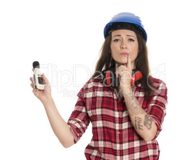 Weiblicher Handwerker hält einen Lärmpegel