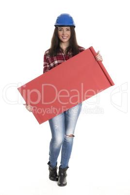 Weiblicher Handwerker hält eine Werbeschild