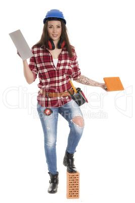 Weiblicher Handwerker hält eine Kelle und einen Schwamm