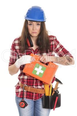 Frau mit Erste Hilfe Koffer hat eine verbundene Hand