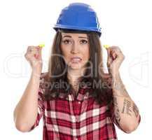 Weiblicher Handwerker mit Ohrenproppen