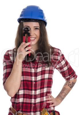 Weiblicher Handwerker schaut durch eine Kneifzange