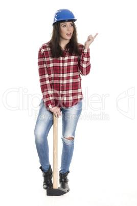 Frau mit Schutzhelm stützt auf einem Vorschlaghammer