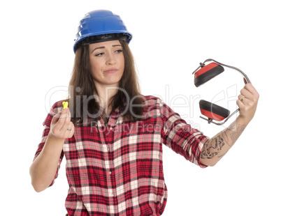 Weiblicher Handwerker mit Ohrenproppen und Miky Mäusen