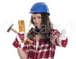 Frau mit Schutzhelm und Werkzeuge zeigt Daumen hoch