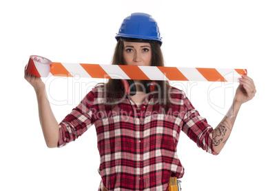 Weiblicher Handwerker mit Absperrband