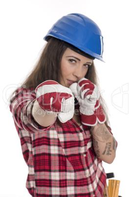 Weiblicher Handwerker zeigt Fäuste