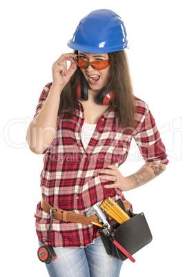 Weiblicher Handwerker mit Schutzbrille flirtet