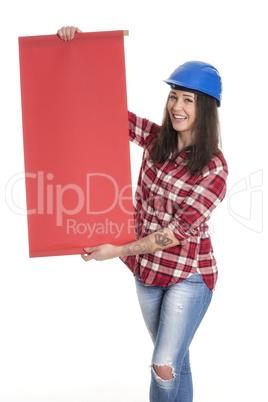 Tätowierter weiblicher Handwerker hält eine Werbeschild