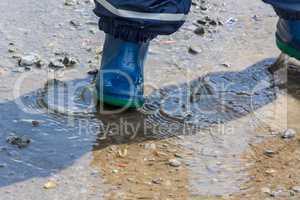 Kinderbeine in blauen Gummi Stiefel