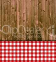 Holzbretter mit Tischdecke rot weiß