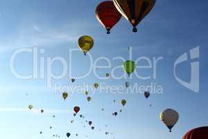 Heißluftballons am Abendhimmel
