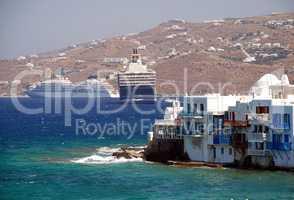 Kreuzfahrtschiff in der Bucht von Mykonos