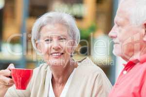 Senioren trinken einen Kaffee