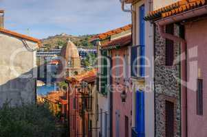 kleine Gasse in Collioure in Frankreich - small street in Collioure in France