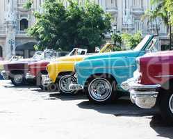 Bunte Amerikanische Oldtimer in Havanna auf Kuba