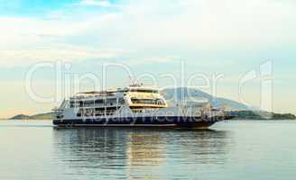 Das Passagierschiff im Mittelmeer