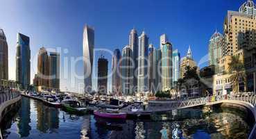 Dubai Marina mit Hochhäusern