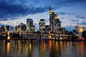 Skyline Frankfurt am Main zur blauen Stunde am Abend