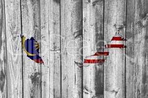 Karte und Fahne von Malaysia auf verwittertem Holz