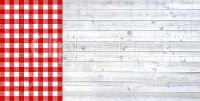 Helle Holzbretter mit Tischdecke rot weiß