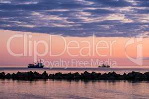 Schiffe an der Küste der Ostsee im Sonnenuntergang