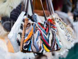 Fell- und Pelz Accessoires auf einem Weihnachtsmarkt