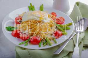 Spaghetti with egg and vegetables