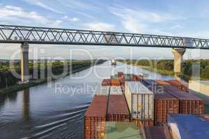 Containerschiff auf dem Nord-Ostsee-Kanal,Schleswig-Holstein, De