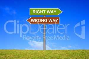 Schild Wegweiser zeigt Right Way und Wrong Way